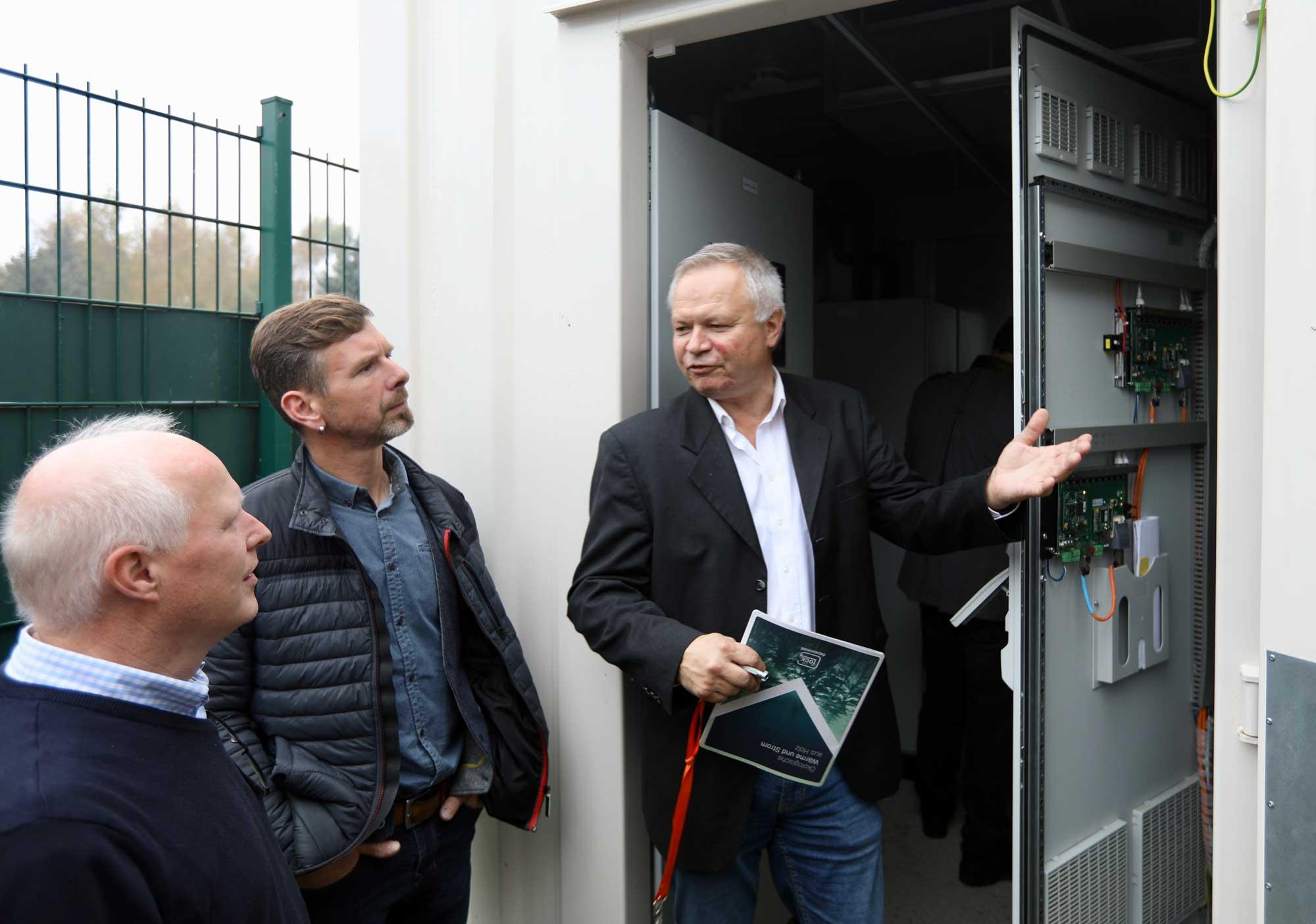 Erich Bosch (autarsys) gibt einen Eiblick in den Batteriespeicher