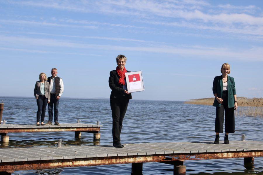 Sparkasse Uecker-Randow übergibt Urkunde zum Award | Haffhus | Pressemeldung